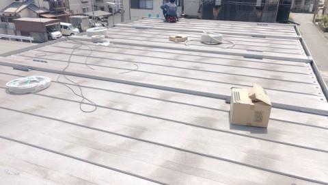 屋根上での配線作業