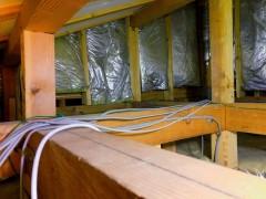 天井裏の電気配線